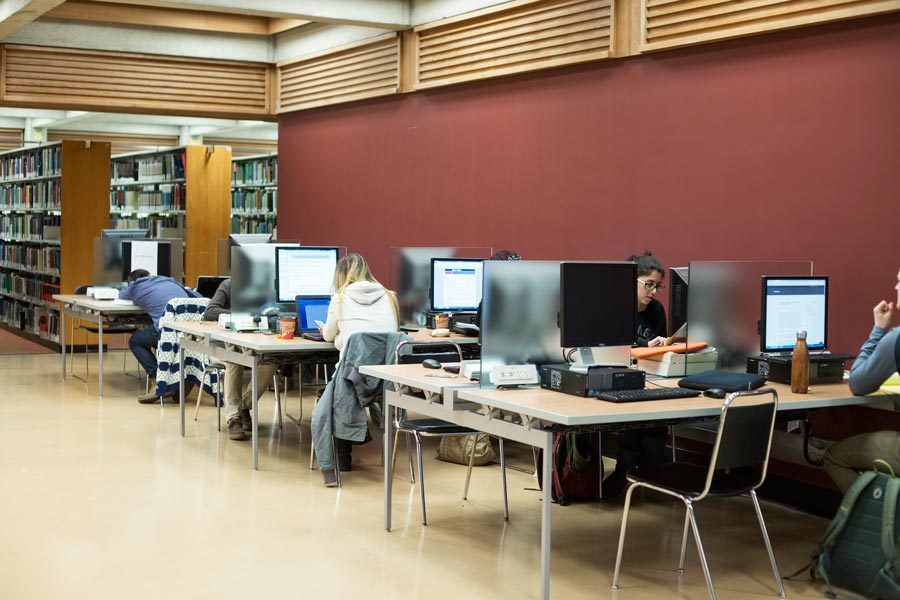 Photo of the new computer carrels in the centre of the 6th floor.